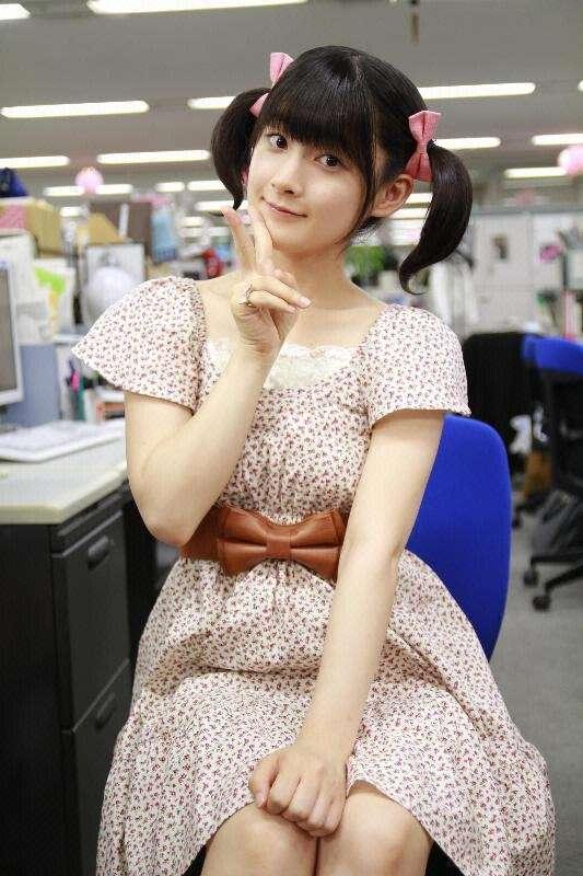小花柄のワンピースを着こなし、オフィスでピースをするアイドル時代の嗣永桃子