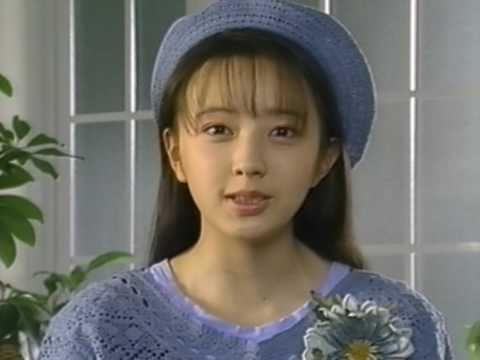 青いニット生地帽子にサラサラストレートの髪の高橋由美子