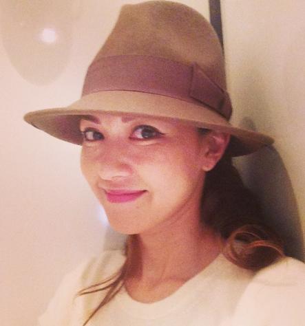 帽子の小嶺麗奈